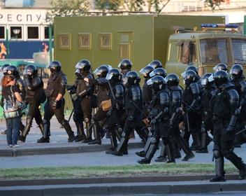 Штурм подъездов, перекрытые улицы: в Белоруссии люди вышли на протесты третий день подряд