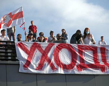 ОМОН в телецентре, прощание с первой жертвой: как прошли мирные акции в седьмой день протестов в Белоруссии
