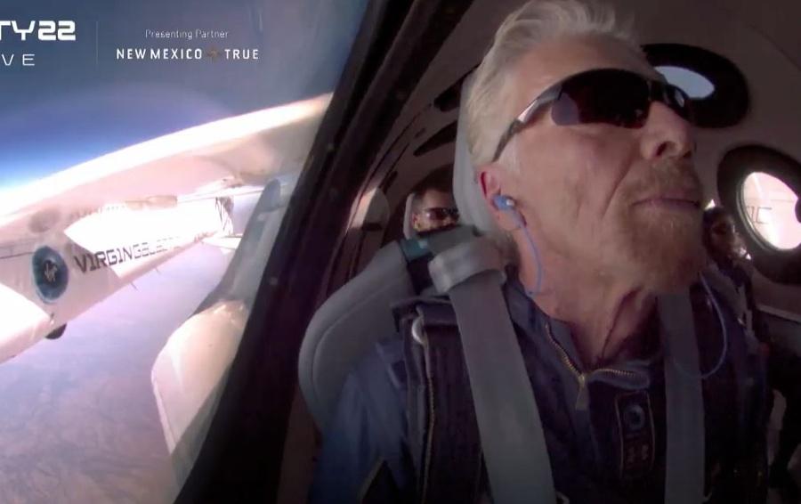 Ричард Брэнсон на борту космолета Virgin Galactic / Фото из трансляции Virgin Galactic
