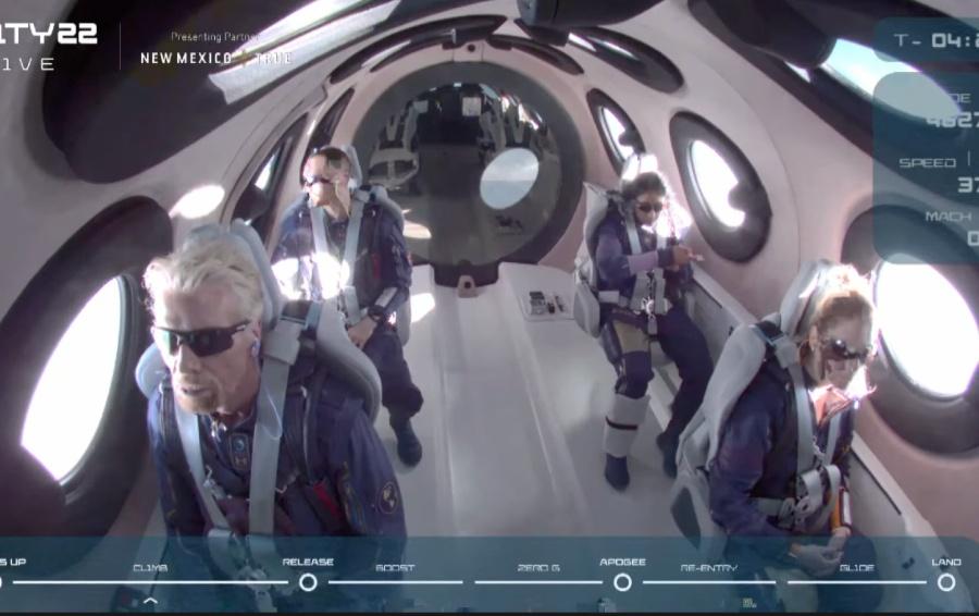 Члены экипажа Virgin Galactic на борту / Фото из трансляции Virgin Galactic