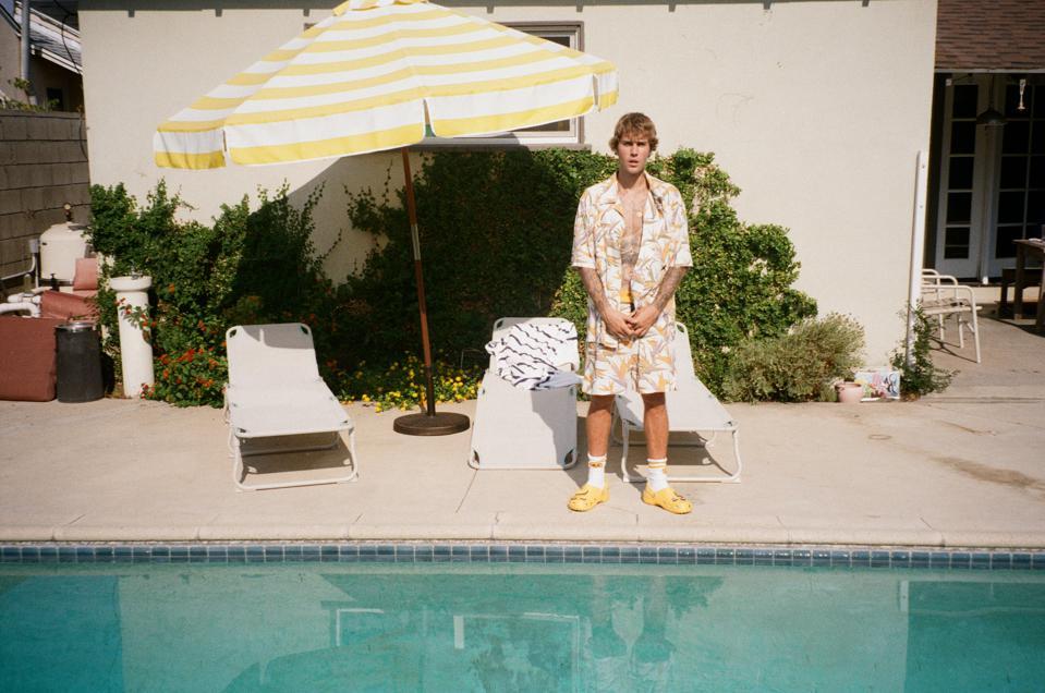 Идеальные сабо для бассейна были созданы совместно с Джастином Бибером