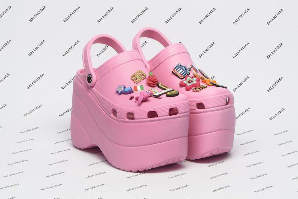 Сабо Crocs на 10-сантиметровой платформе, выпущенные в сотрудничестве с Balenciaga в 2017 году — модницы были шокированы, но все раскупили