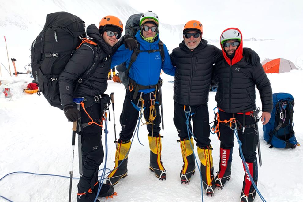 Айзекман, его брат Майкл и коллеги из Draken International Шон Густафсон и Скотт Потит (слева направо) готовятся к восхождению на пик Винсон в Антарктике в январе 2020 года