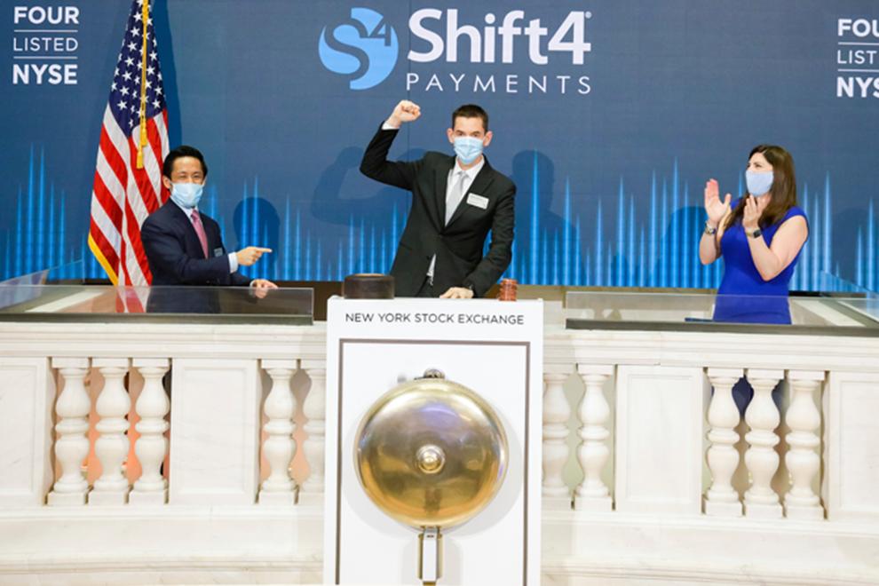 В июне 2020 года, через три месяца после начала пандемии, Айзекман (в центре) подает сигнал к началу торгов акциями Shift4 Payments на Нью-Йоркской бирже