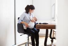 «Кормление грудью — пуля в голову карьеры»: с какими проблемами сталкиваются на работе молодые матери