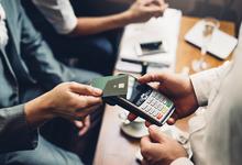 Скидки, кешбэк или привилегии: какие бонусы выбирают владельцы банковских карт