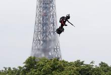 На военном параде в Париже показали летающего человека