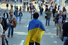 Участник марша несет флаг Украины
