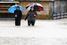 Пешеходы на залитых водой улицах города Санкт-Йохан в Австрии