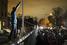 Сразу после известия о смерти политика, к монументу Манделе у здания посольства ЮАР в Вашингтоне стали приходить люди