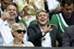 Солист группы One Direction Найл Хоран (справа)