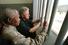 Мандела и президент США Билл Клинтон в тюремной камере, в которой 18 лет находился будущий президент ЮАР