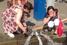 Вышедшие из метро женщины отмывают копоть и грязь водой из работающего пожарного гидранта