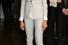 Деловой костюм с приталенным пиджаком на одной пуговице и брюками 3/4 в светлых тонах