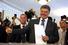 Петр Порошенко на избирательном участке в хорошем настроении