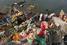 На фото: сентябрь 2015 года. Хайдарабад (Индия). Сотни тысяч фигурок бога Ганеша дрейфуют в водах индийских рек после празднования фестиваля Ганеши Чатуртхи, что приводит к серьезным загрязнениям.