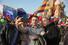 Участники митинга фотографируются на фоне храма Василия Блаженного