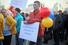 Участник митинга держит плакат «После Крыма за державу не обидно!»