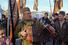 Участник митинга в военной форме исполняет патриотические песни