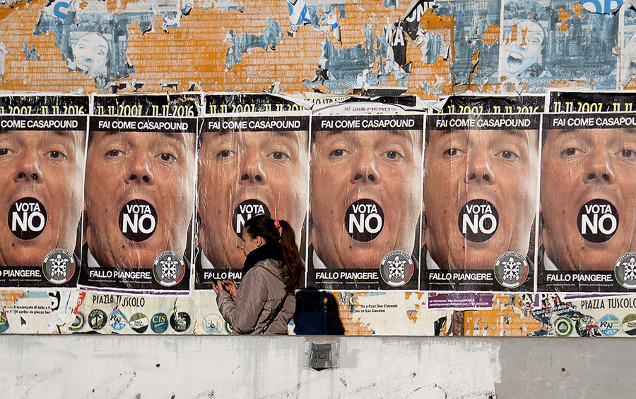 Плакаты с итальянским премьером Маттео Ренци на улицах Рима