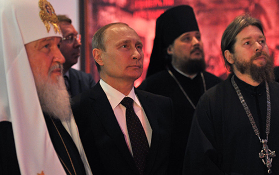 Президент России Владимир Путин и патриарх Московский и Всея Руси Кирилл (слева) во время осмотра интерактивной выставки