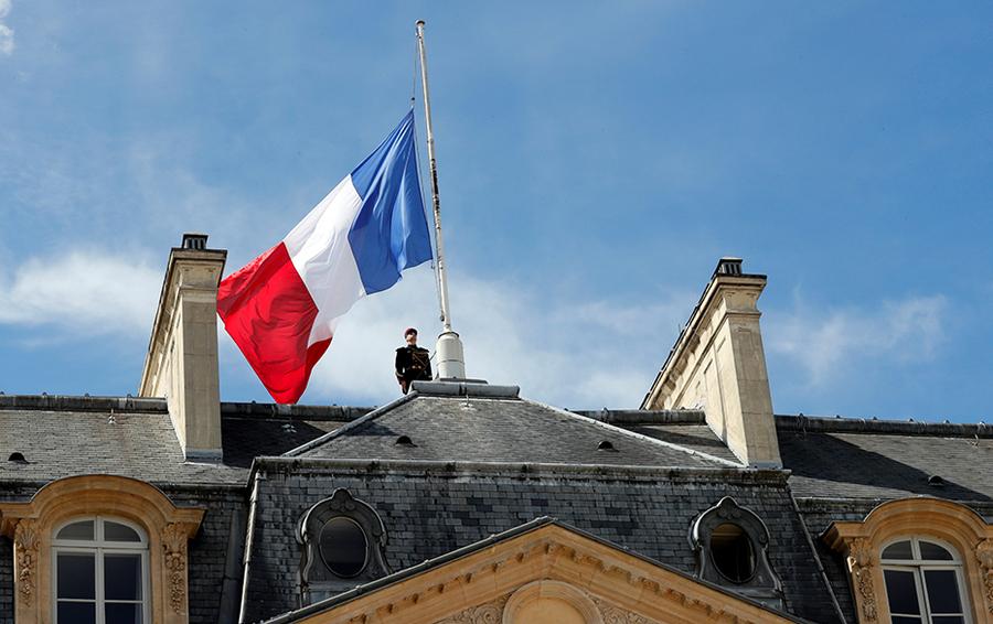 Во Франции приспустили флаги в честь жертв теракта в Ницце