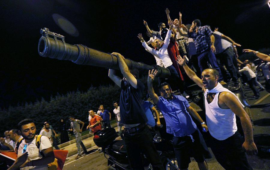 Танк турецкой армии в аэропорту Стамбула во время попытки военного переворота