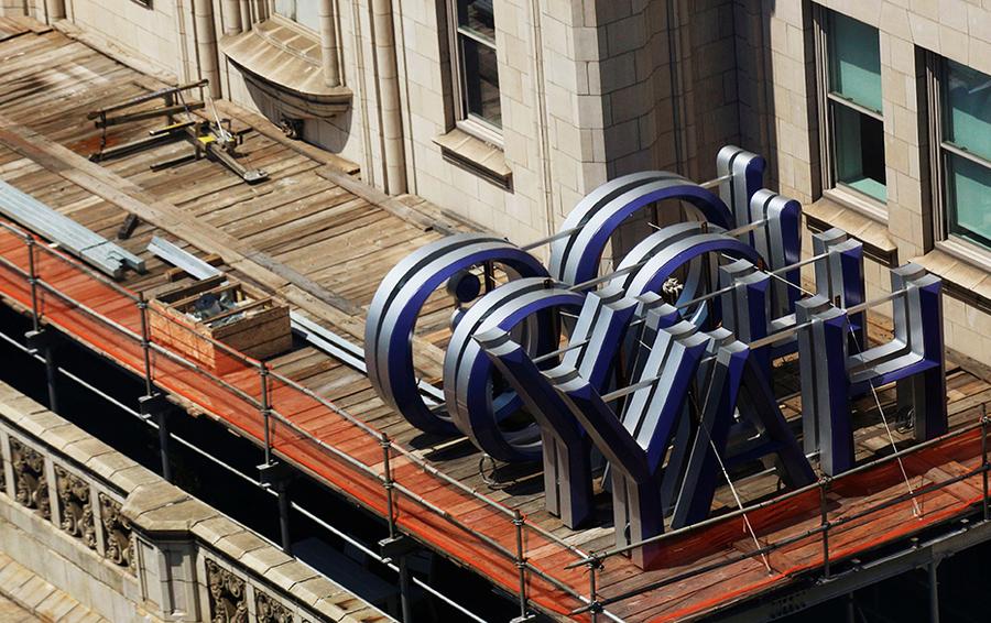 Логотип на здании, где находятся офисы Yahoo в Нью-Йорке