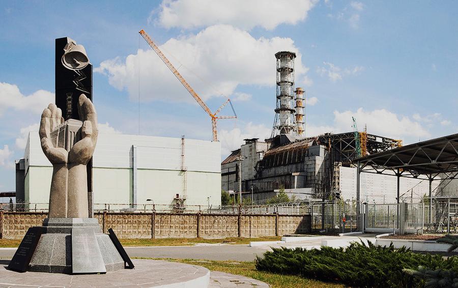 Строительство нового купола над саркофагом 4 реактора на Чернобыльской атомной электростанции.