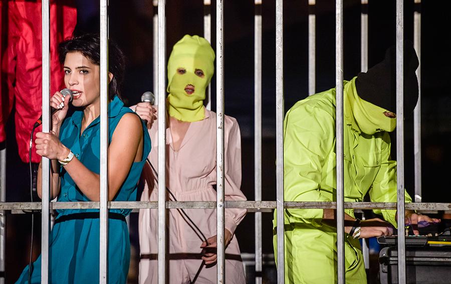 Группа Pussy Riot выступает на закрытии парка Бэнкси Dismaland в Уэстон-сьюпер-Мэре.