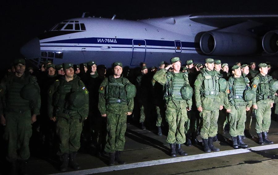 Морские пехотинцы Черноморского флота, выполнявшие задание по охране аэродрома Хмеймим в Сирии.