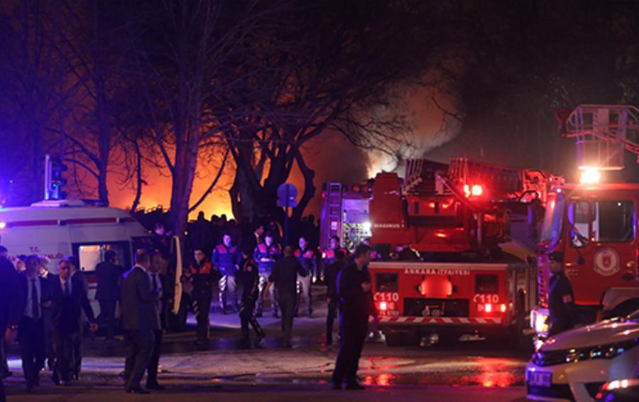 На месте взрыва припаркованного автомобиля у здания военного общежития.