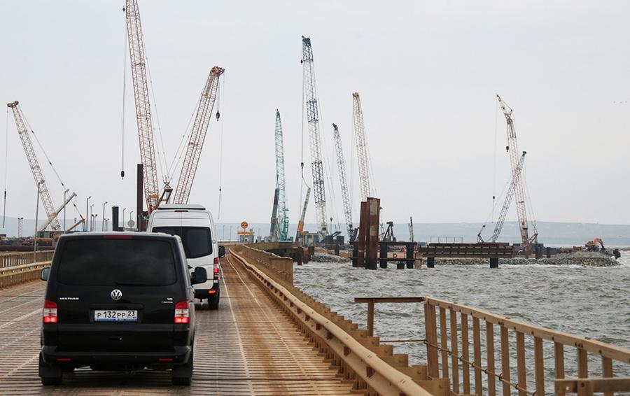 По дороге на остров Тузла, где строится транспортный переход через Керченский пролив.