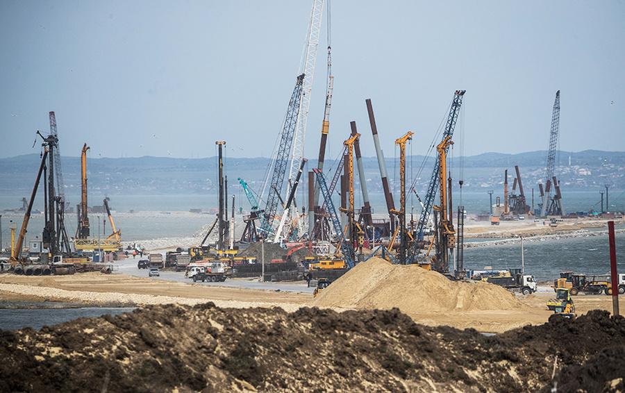 Вид на строительную площадку транспортного моста через Керченский пролив