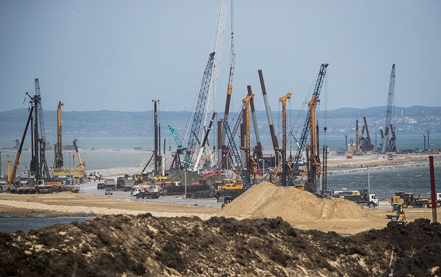 Вид на строительную площадку транспортного моста через Керченский пролив.