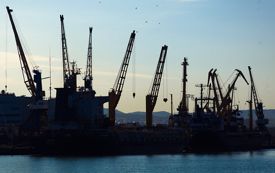 Вид на морской порт Махачкалы