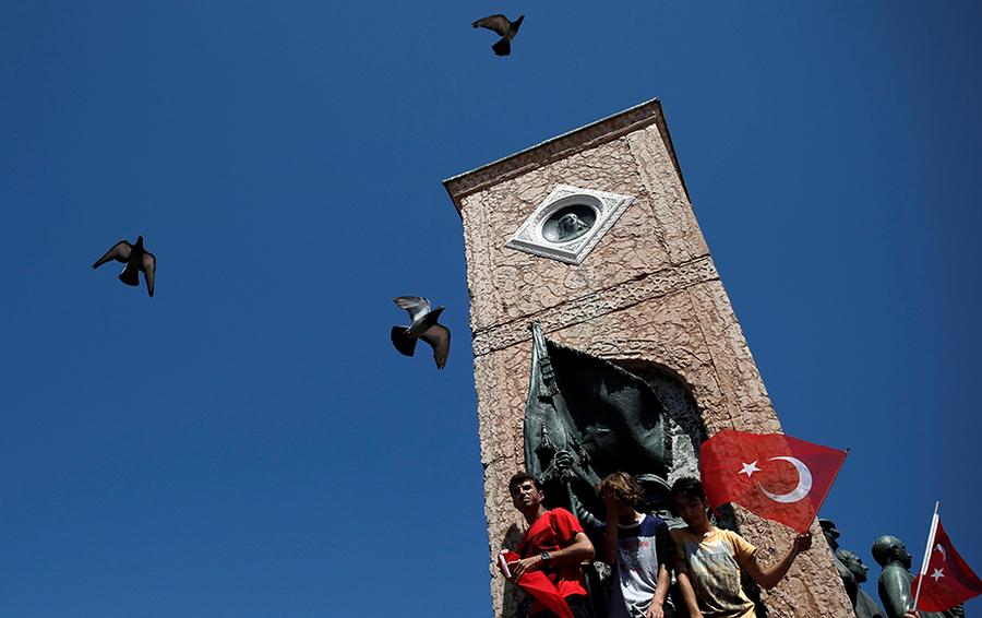 Сторонники президента Турции Тайипа Эрдогана у памятника Республике в Стамбуле