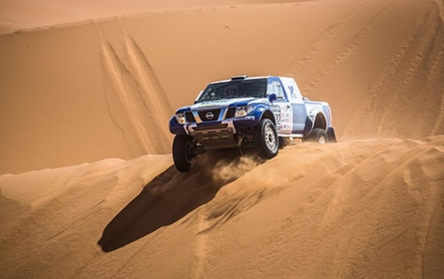 Гоночная машина команды ПЭК во время ралли-рейда в пустыне