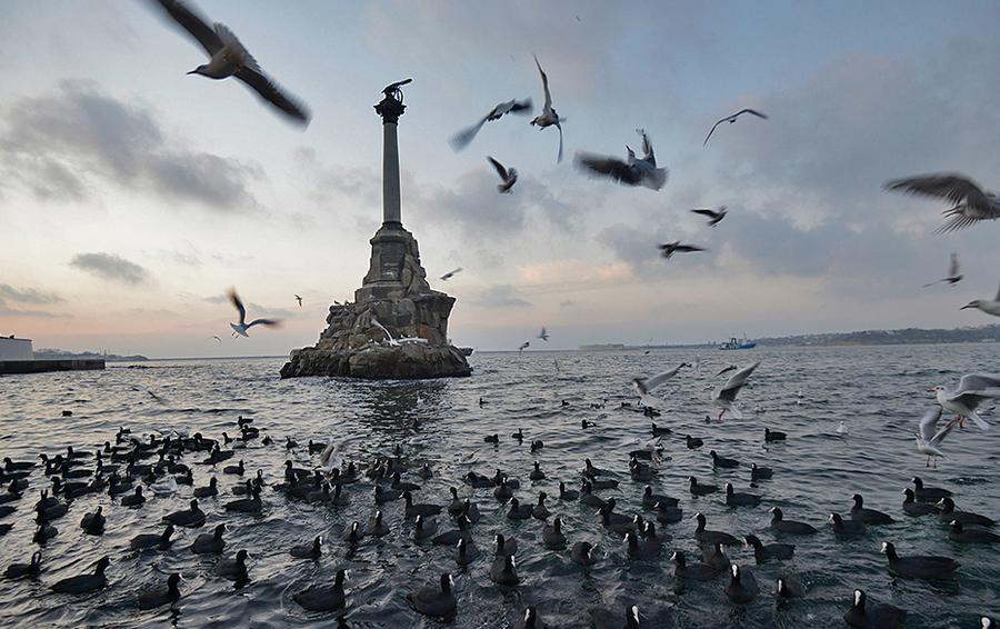 Памятник затопленным кораблям в Севастополе.