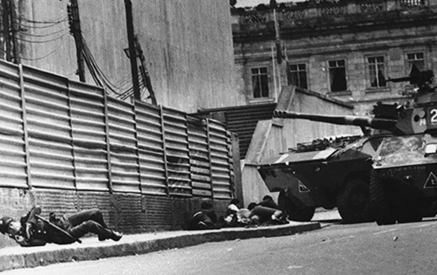 В 1986 году Колумбия готовилась принимать чемпионат мира по футболу, но турнир перенесли в Мексику, а на улицах Боготы полиция сражалась с повстанцами