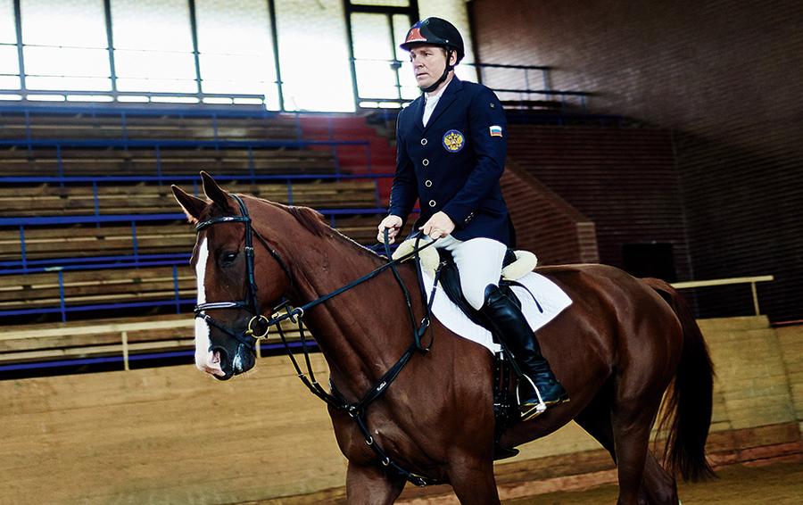 Шумский начинал с конных прогулок, а теперь тренируется 3 раза в неделю по 5–6 часов