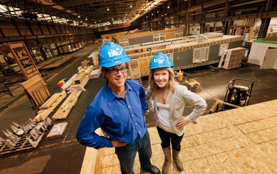 Билл Хэйни и Маура Маккарти на фабрике в Массачусетсе