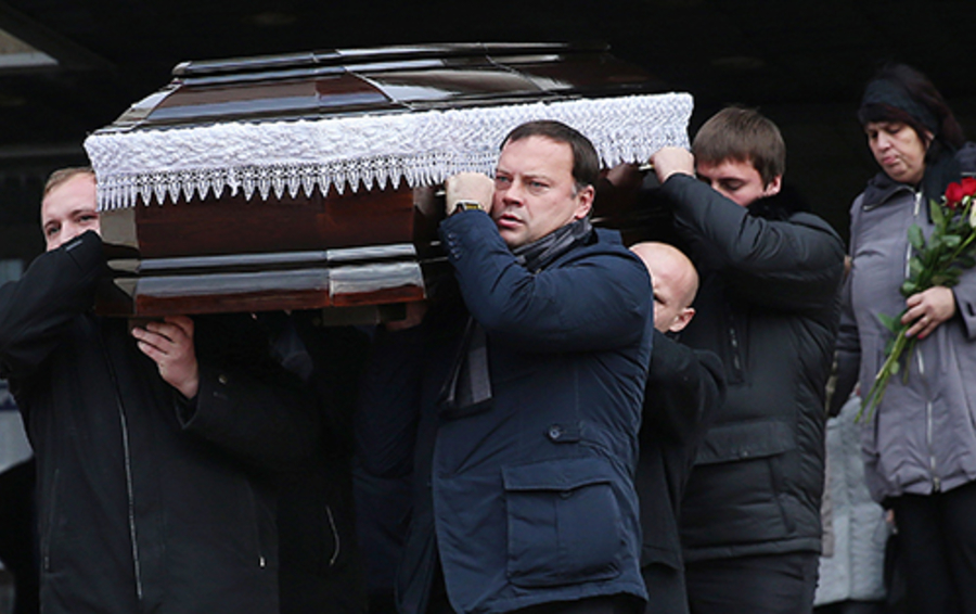 Вынос гроба после церемонии прощания с первым заместителем главы Красногорска Юрием Карауловым