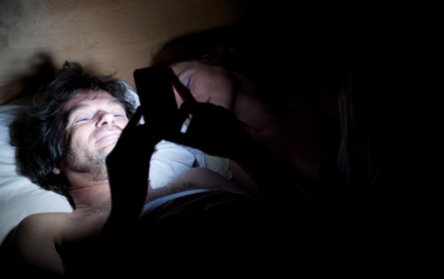 Люди ставят будильники на телефонах лежа в постели - мобильное приложение Будиста даст им такую возможность