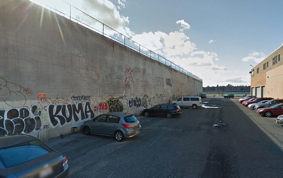 Здание по адресу 15 Huron St, Brooklyn, NY (слева)