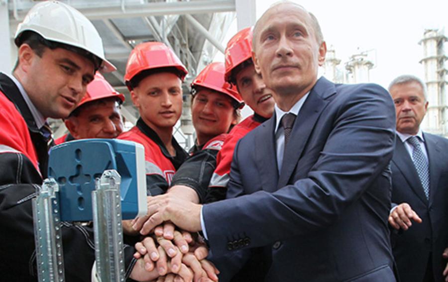 У президента ЛУКОЙЛа Вагита Алекперова (на фото справа) не вышло остаться в стороне от большой политики