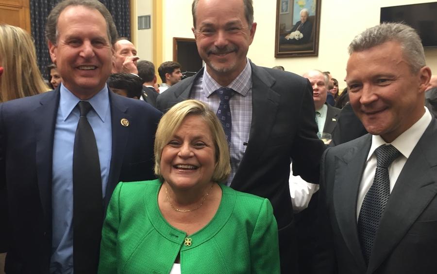 Максим Финский крайний справа, с экс-конгрессменом Линкольн Диаз-Баларт (крайний слева), партнером Shutts & Bowen Гарольдом Патрикоффом и бывшим председателем Комитета по иностранным делам палаты представителей Илеаной Рос-Лейтинен.