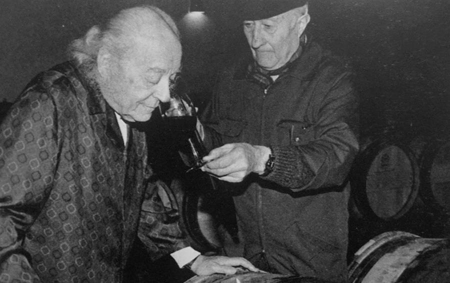 Барон Филипп де Ротшильд смакует новое вино в Гран Ше 1980г.