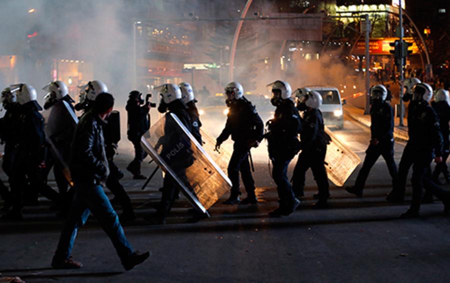 Полиция на антиправительственном протесте в Стамбуле.