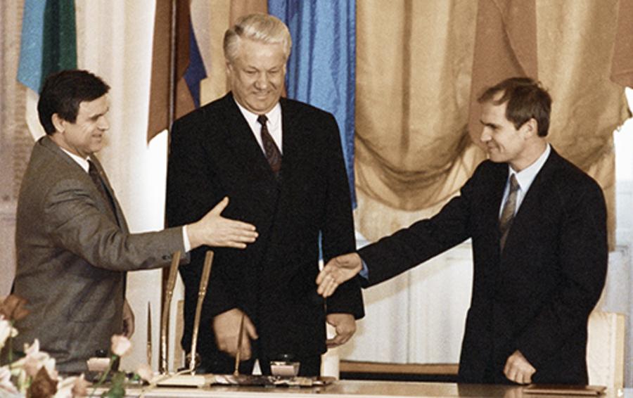 Спикер Верховного совета Руслан Хасбулатов (слева), президент Борис Ельцин (в центре) и председатель Конституционного суда Валерий Зорькин перед подписанием Федеративного договора, 1992 год